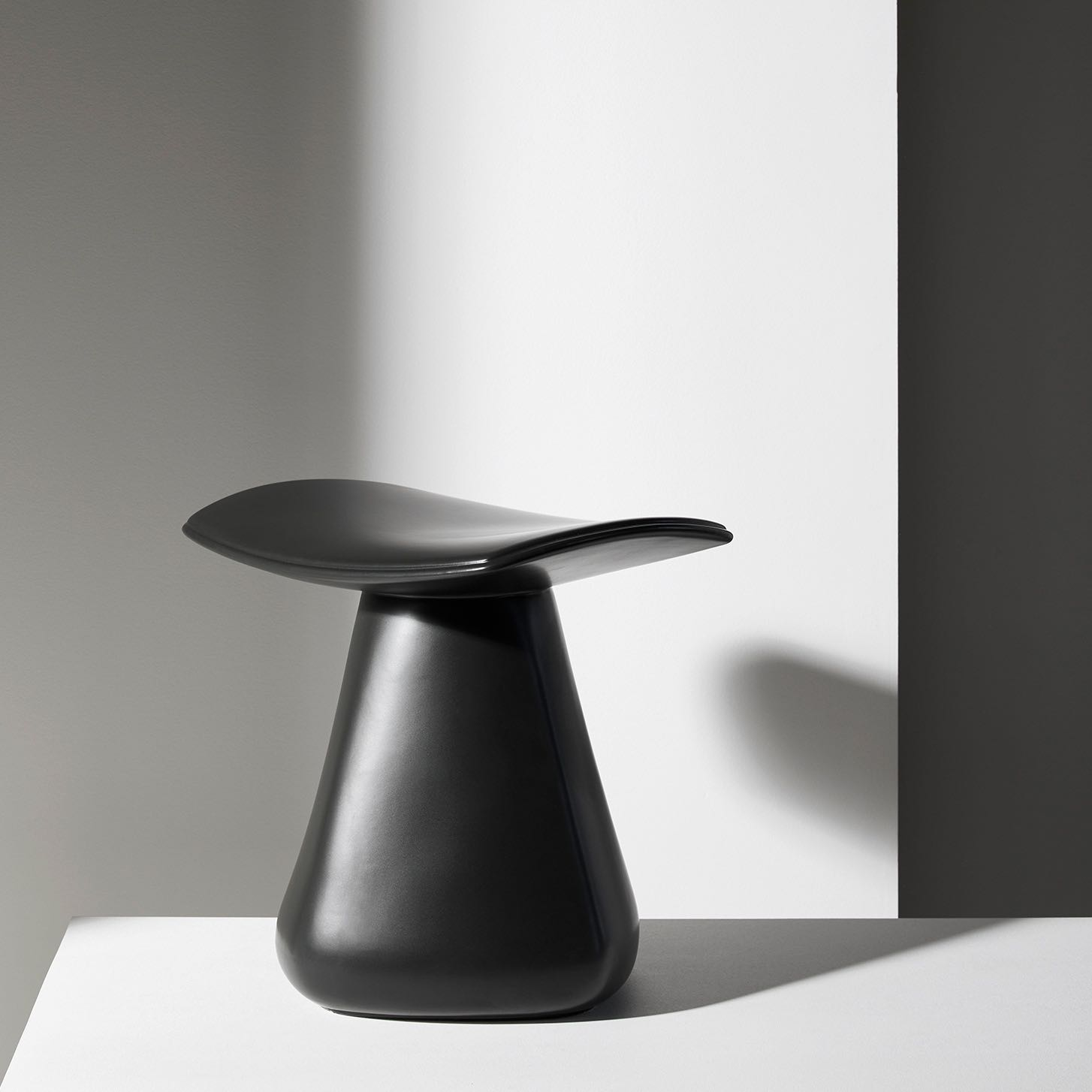 DAM-stool-matt-black-ceramic-christophe-delcourt-Collection-Particuliere